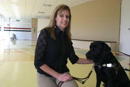 Erséa Maria Alves e Toby, seu cão-guia. ***** Clique na foto.