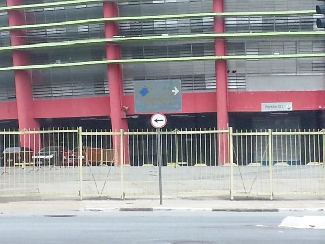 Placa indicando...O quê mesmo? SUJEIRA. zona nobre de sp, em frente ao Ginásio do Ibirapuera