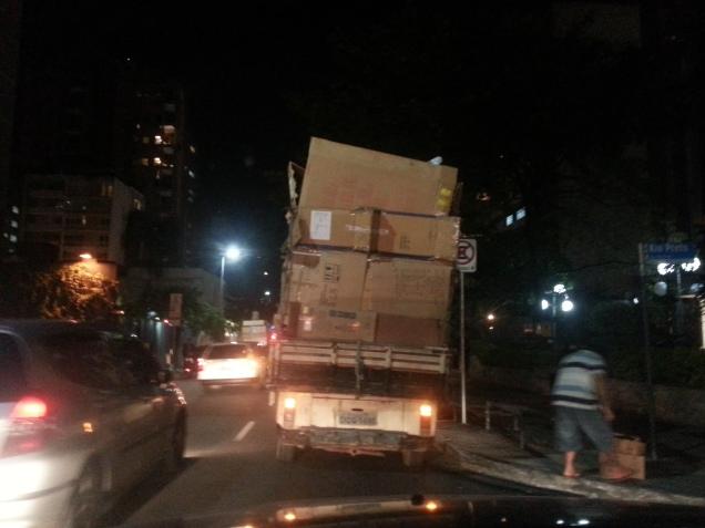 EM OUTRO ÂNGULO, O CARRO QUE ENCONTREI ANDANDO NAS RUAS...